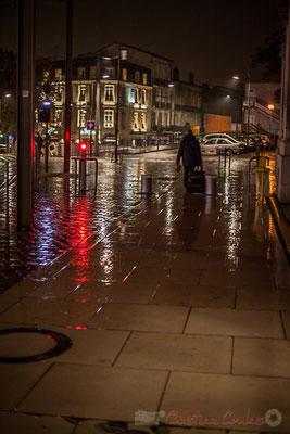 Extérieur nuit, voyageur sous la pluie, rue Charles Domercq, Bordeaux