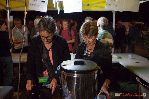 Coup de feu à la buvette avec Michèle Constans, Maryse Pinol, bénévoles. Festival JAZZ360, Cénac, 9 juin 2017