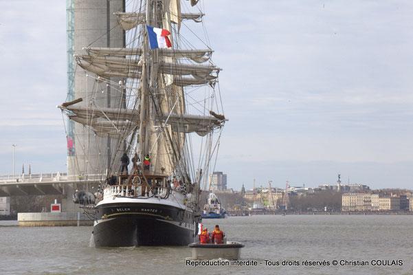 B Le Belem est en approche du pont Jacques Chaban-Delmas pour son inauguration. Le matelot termine le rangement des cordages du grand foc affalé. Gabare les Deux Frères, Bordeaux, samedi 16 mars 201