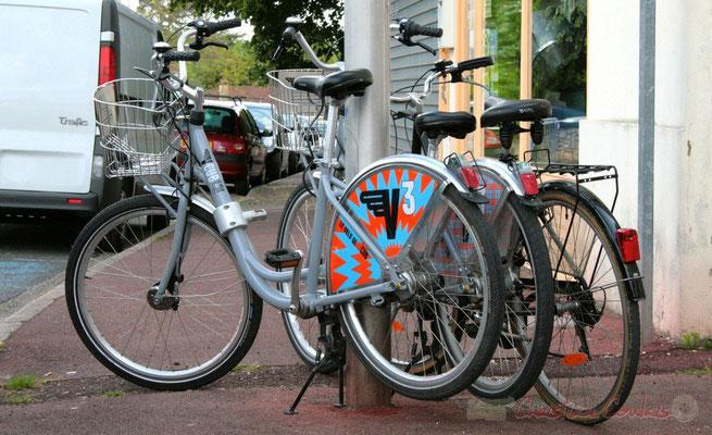 """""""On y vient même de Bordeaux, en vélo au Festival JAZZ360 2010"""" Place du bourg, Cénac. 16/05/2010"""