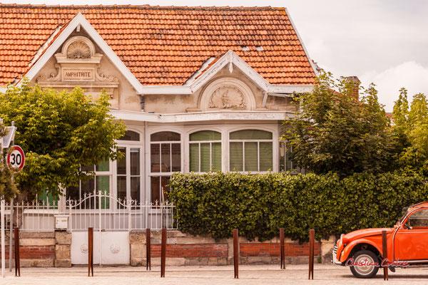 Villa Amphitrite & Citroën 2 CV, Soulac-sur-Mer. Samedi 3 juillet 2021. Photographie © Christian Coulais