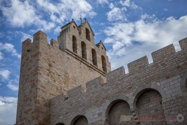 Construite près de l'embouchure du Petit-Rhône, l'Eglise des Saintes-Maries-de-la-Mer avait une position stratégique. Edification aux IXème et XII° siècles. Les pirates sévissaient sur la côte et il fallait se défendre contre les invasions