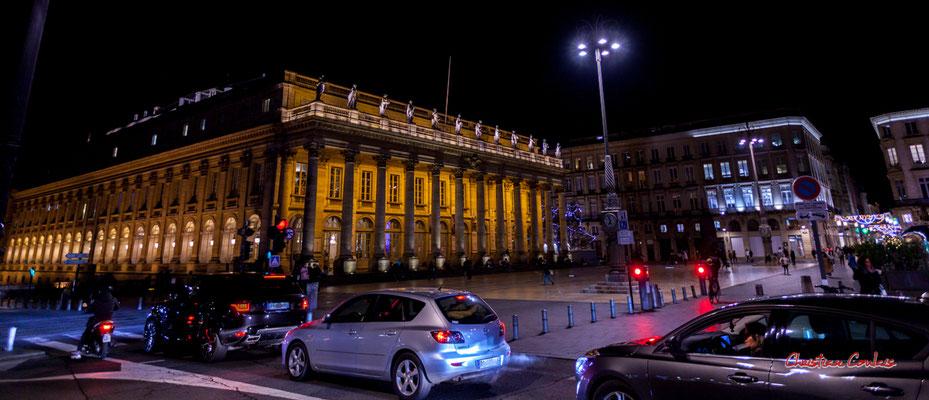 """""""19h; couvre-feu dans 1h"""" Bordeaux, place de la Comédie & Grand-théâtre. Mercredi 16 décembre 2020. Photographie © Christian Coulais"""