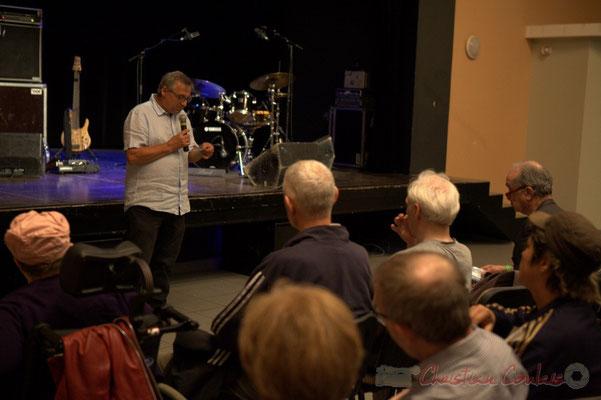 Festival JAZZ360 2015, Richard Raducanu, président de JAZZ360, annonce la gagnante au jeu-concours. Cénac, 12/06/2015
