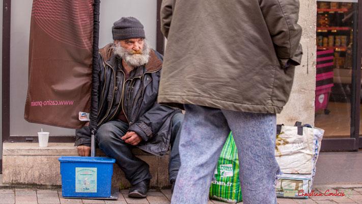 """10h49 A l'inverse des SDF """"Sans Difficulté Financière"""", des hommes, des femmes, des enfants errent dans la rue; alors que les 1 % les plus riches se partagent désormais près de 50 % de la richesse mondiale. Bordeaux, 01/05/2018"""