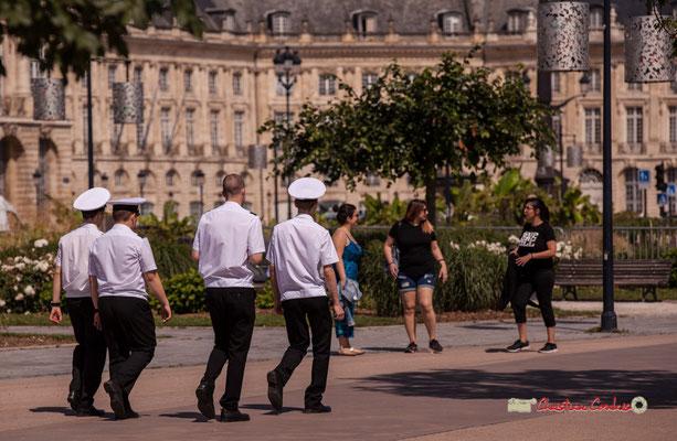 """""""Quatre marins russes, trois promeneuses"""". Bordeaux, 22/06/2019 Reproduction interdite - Tous droits réservés © Christian Coulais"""