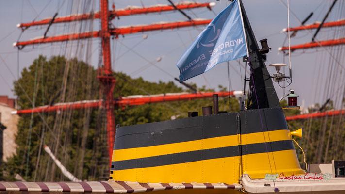 Cheminée jaune du Marco Polo (1960, Suède) et drapeau d'Hydrotube Energie. Bordeaux, 22/06/2019 Reproduction interdite - Tous droits réservés © Christian Coulais