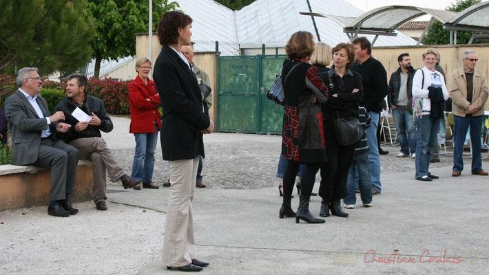 Jean-Marie Darmian, Conseiller général de la Gironde et Eric Roux, directeur de la Rock School Barbey discutent en attendant l'ouverture. Festival JAZZ360 2010, Cénac. 14/05/2010