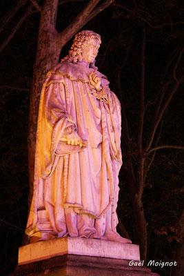 Statue de Charles Louis de Secondat, baron de La Brède et de Montesquieu, (marbre blanc, sculpteur Dominique Fortuné Maggesi)  par Gaël Moignot. Bordeaux, mercredi 17 octobre 2018