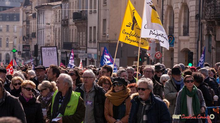 14h53 Confédération paysanne. Manifestation intersyndicale de la Fonction publique/cheminots/retraités/étudiants, place Gambetta, Bordeaux. 22/03/2018