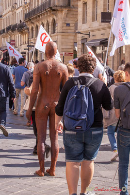 13h11 L'homme de demain ? Bronze anthropomorphique d'Antony Gormley. Manifestation intersyndicale de la Fonction publique, cours de l'Intendance, Bordeaux. 10/10/2017