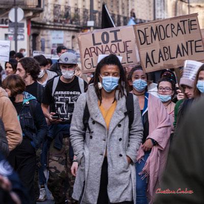 """""""Loi Arnaque globale"""" """"Démocratie accablante"""" Manifestation contre la loi Sécurité globale. Samedi 28 novembre 2020, cours Victor Hugo, Bordeaux. Photographie © Christian Coulais"""