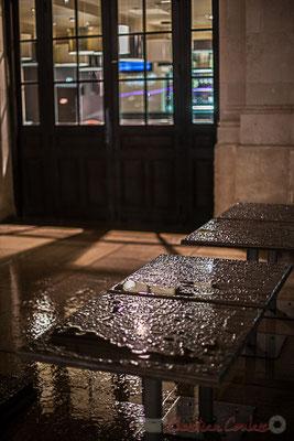 Extérieur nuit, sous la pluie, tables, terrasse du café, Gare Saint-Jean, Bordeaux