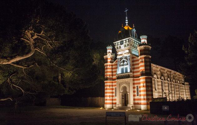 """Chapelle de la Villa Algérienne """"Sainte-Marie-du-Cap"""", Village de l'Herbe, presqu'île du Cap Ferret, Gironde. Extérieur nuit.."""