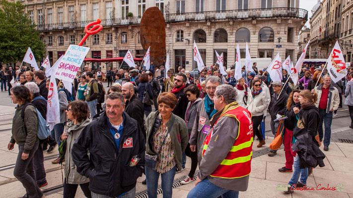 11h18 Une vaste place ou manifestants, touristes et chalands se croisent. Place de la Comédie, Bordeaux. 01/05/2018