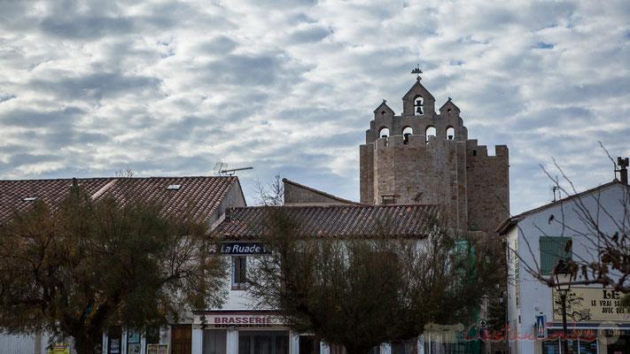 Le toit de l'église des Saintes-Maries-de-la-Mer est entouré d'un chemin de ronde, avec créneaux et mâchicoulis et servit de tour de guet.