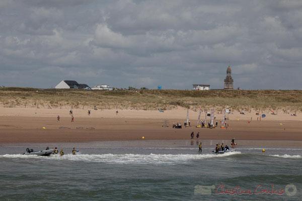 Eglise Sainte-Croix et chars à voile sur la plage océanique depuis la jetée de la Garenne. Saint-Gilles-Croix-de-Vie, Vendée, Pays de la Loire