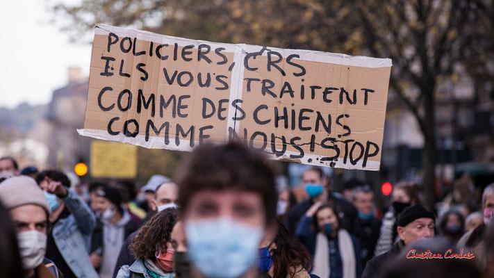 """""""Policiers, CRS, ils vous traitent comme des chiens, comme nous ! Stop"""" Manifestation contre la loi Sécurité globale. Samedi 28 novembre 2020, cours Victor Hugo, Bordeaux. Photographie © Christian Coulais"""