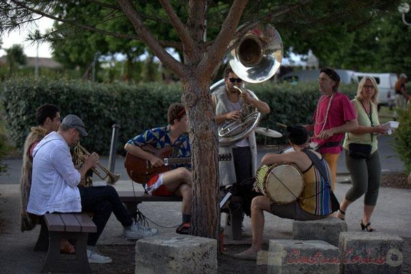 Festival JAZZ360 2015, Elephant Brass Machine, devant la salle culturelle anime le repas extérieur. Alllées des écoliers, Cénac, 12 juin 2015