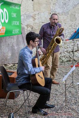 Jérémy Duran, guitare; Francis Henry. saxophone. Intermède musical au vernissage de la Rétrospective photographique JAZZ360 2010-2015. 13/05/2016