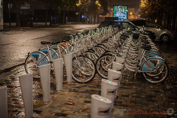Extérieur nuit. V3/VCub, vélos en libre service de Bordeaux-Métropole, rue Charles Domercq, Bordeaux