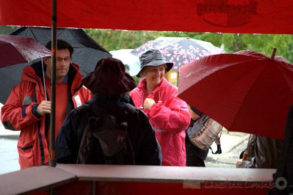 En attente du départ, Patrick Pérez, élu à Quinsac; Marie Raducanu, bénévole. Randonnée jazzy avec les Choraleurs. Festival JAZZ360 2012, Cénac, dimanche 10 juin 2012