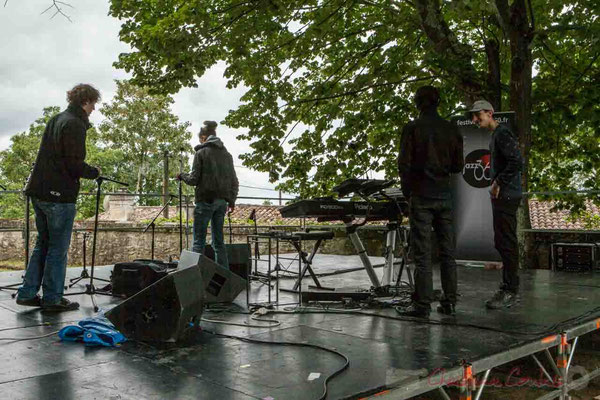 Phil Gueguen (à droite de dos) discute avec un stagiaire son. Festival JAZZ360 2016