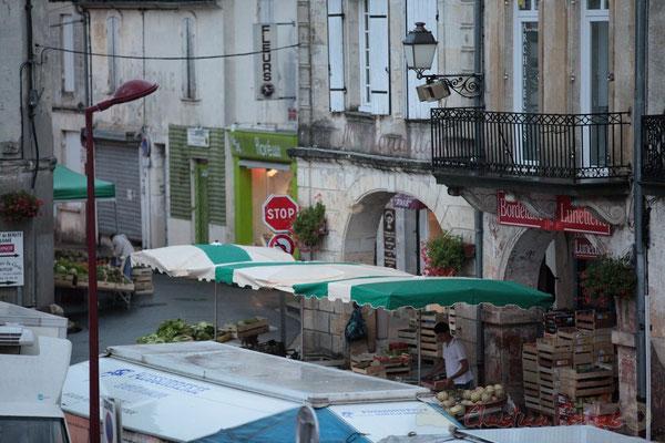 Stand d' un revendeur de fruits et légumes, Marché de Créon, Gironde