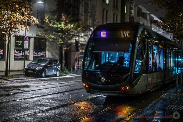 Extérieur nuit, sous la pluie, tramway ligne C, rue de Tauzia, Bordeaux