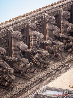 """3/7 Treize modillons représentent des animaux fantastiques, en train d'attraper des têtes humaines, flore et fruits exotiques et arrière-plan avec des """"indiens"""" et figurent grotesques. Palais d'Ongay-Vallesantoro, Sangüesa, Navarre"""