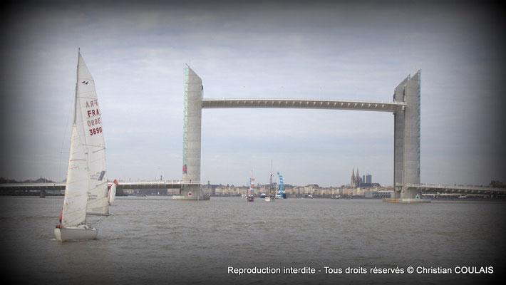 À bord de la gabare les Deux Frères, Bordeaux à travers le pont Jacques Chaban-Delmas est en vue. Samedi 16 mars 2013