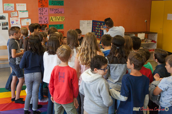 Vladimir Jelenkovic présente aux enfants une application qu'il utilise pour composer. Festival JAZZ360, 6 juin 2017, Le Tourne
