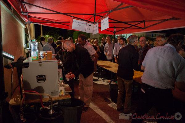 """Second """"coup de feu"""" de la soirée pour les bénévoles de la buvette. Festival JAZZ360 2016, Cénac"""