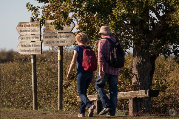 Couple de randonneurs. Sentier du littoral. Domaine de Graveyron, Audenge, espace naturel sensible de Gironde