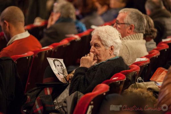 Un public de personnes âgées en moindre importance que les jeunes. Réunion électorale de Benoît Hamon Bordeaux