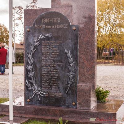 L'ancien monument aux morts accolé au mur du cimetière de l'église Saint-André est déplacé pour être fixé au dos de l'actuel. Commémoration du 11 novembre 1918 à Cénac, 11/11/2017
