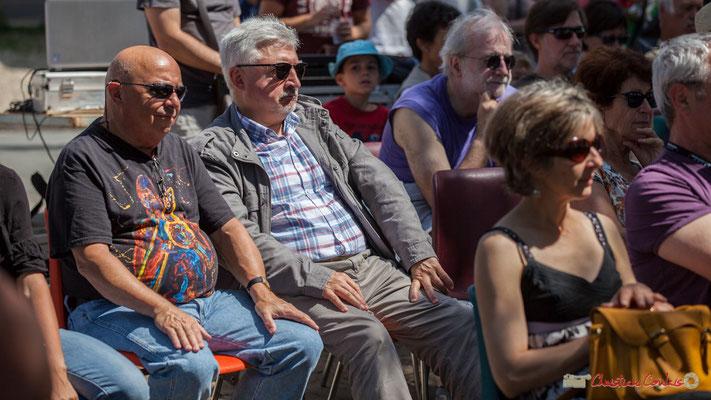 Alain Piarou bat la mesure à l'écoute de Tom Ibarra Group. Festival JAZZ360, 10 juin 2017, Camblanes-et-Meynac