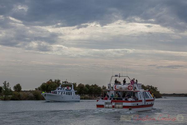 Départ de la vedette Les Quatre Maries, arrivée du bateau Camargue, bac du Sauvage. Les Saintes-Maries-de-la-Mer