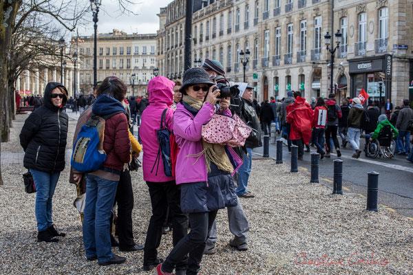 15h05, allée de Tourny, touriste prenant en photographie la manifestation du 9 mars 2016, contre l'avant-projet de loi Travail
