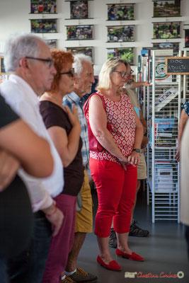 Marie raducanu, bénévole, parmi d'autres à l'écoute de Vincent Vilnet. Rétrospective photographique 2010-2016 du Festival JAZZ360. 1er juin 2017, Camblanes-et-Meynac