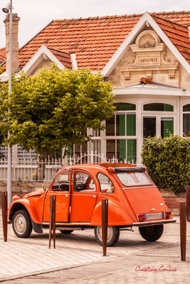 Citroën 2 CV & Villa Amphitrite, Soulac-sur-Mer. Samedi 3 juillet 2021. Photographie © Christian Coulais
