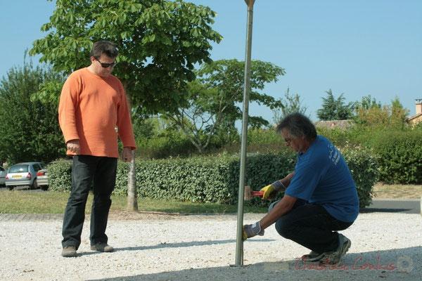 Patrick Pérez, élu à Quinsac, Richard Raducanu, élu à Cénac. Installation des tentes par les bénévoles. Festival JAZZ360, Les coulisses du Festival à Cénac. 03/06/2011