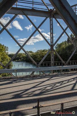 Sur le fleuve Aragon, le fameux Pont de Fer a remplacé en 1820 l'antique pont de bois médiéval du XIème siècle / En el río Aragón, el famoso Puente de Hierro sustituyó en 1820 el antiguo puente de madera medieval del siglo XI Sangüesa, Navarra