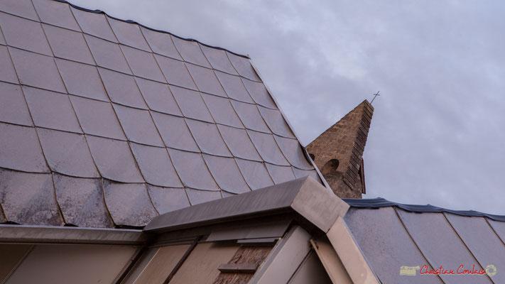 Toiture en écailles de la Maison pour Tous et clocher de l'église Saint-André, Cénac. 10/11/2017