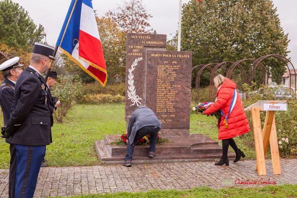 Dépôt des gerbes de fleurs des Anciens combattants et de la Mairie de Cénac. Commémoration de l'Armistice du 11 novembre 1918 et hommage rendu à tous les morts pour la France, ce lundi 11 novembre 2019 à Cénac (Gironde).