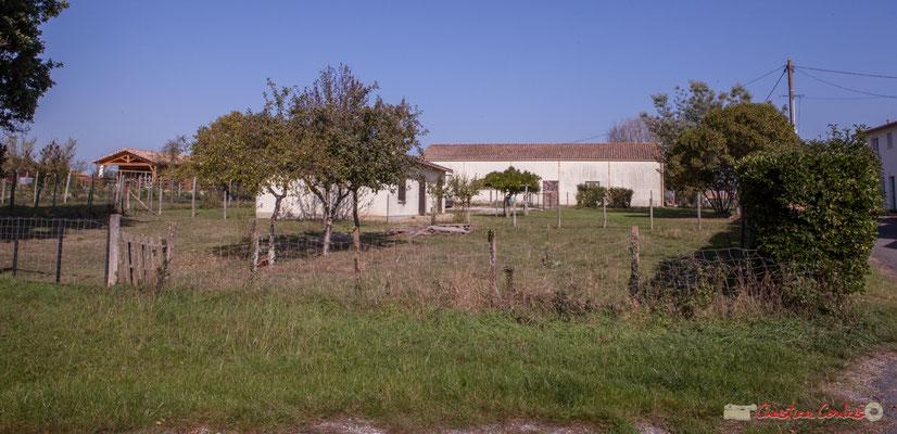 Habitat et hangar agricole datant des années 1970. Hameau du Cloutet, Cénac, Gironde. 16/10/2017
