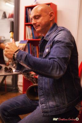 Guillaume Schmidt installe le bocal sur le saxophone. Festival JAZZ360, Machine à Musique, Bordeaux. 02/06/2018