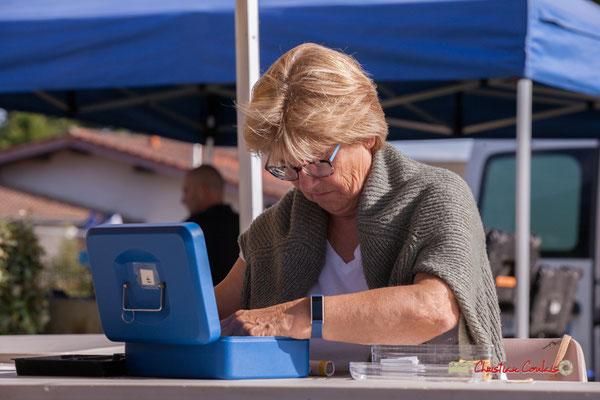 Maryse Pinol, bénévole JAZZ360, caisse buvette et consigne des gobelets JAZZ360 réutilisables. Jujubees Swing Combo. Festival JAZZ360, Cénac. 08/06/2019