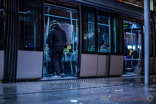 Extérieur nuit, sous la pluie, tramway, ligne C, usager dans le compartiment, rue Charles Domercq, Bordeaux