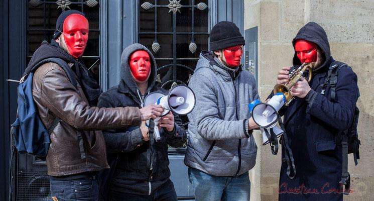 """15h09, le """"syndicat anonyme des masques rouges trompette"""" dans les portes-voix, rue Esprit des Lois, Bordeaux"""